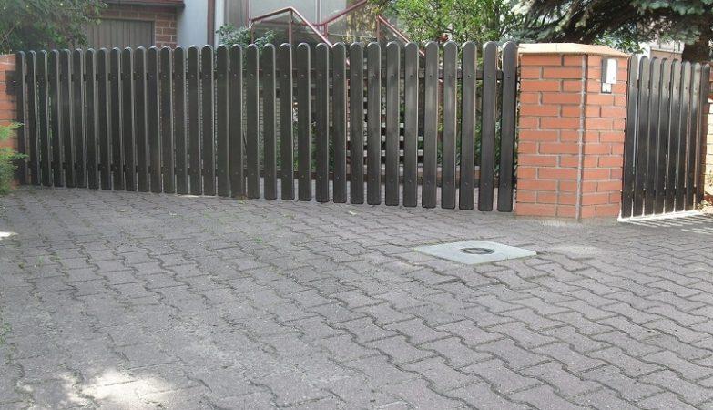 obrz z https://ogrodzeniaplastikowe.pl/galeria-sztachet-korner/