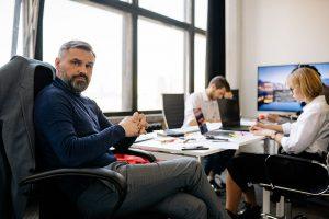 Sprawne działanie firmy może zależeć od sprzętu i jego konserwacji  - ludzie na meetingu oczekujący sprawozdania Zdjęcie autorstwa Yan Krukov z Pexels